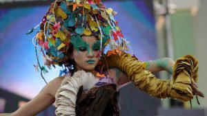 Arte, reciclaje y medioambiente se mezclaron en desfile de moda