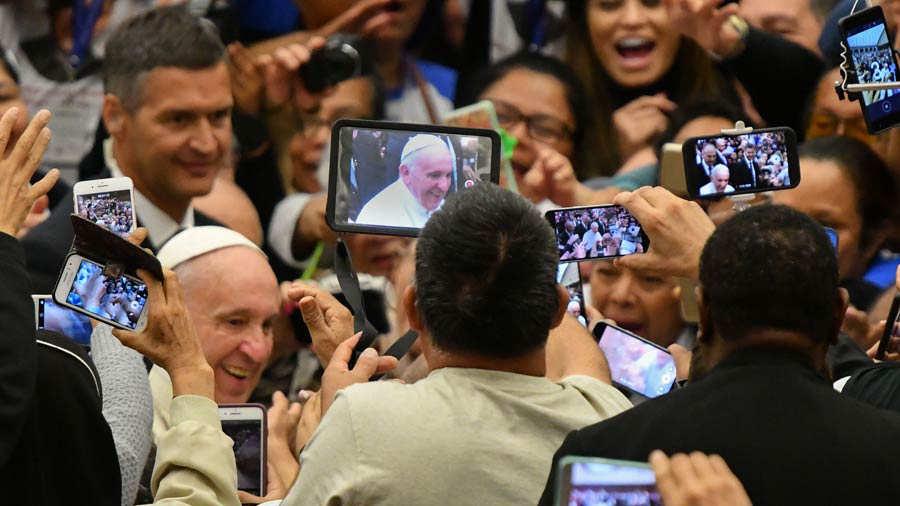 Papa y salvadoreños