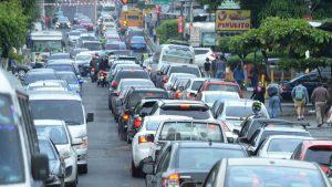 Caos vehicular por protesta contra instalación de antena en Zacamil
