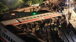 Decenas de muertos en descarrilamiento de tren en Taiwan