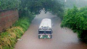 Automovilistas quedan atrapados en las correntadas por lluvias en Sonsonate