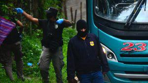 Pandilleros bajan del bus a motorista y lo acribillan en Ayutuxtepeque