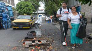 Calles de San Salvador: un peligro para personas ciegas