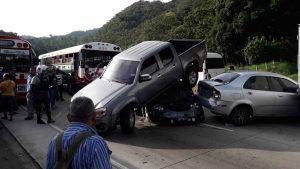 8 vehículos involucrados en choque en la carretera a Los Chorros