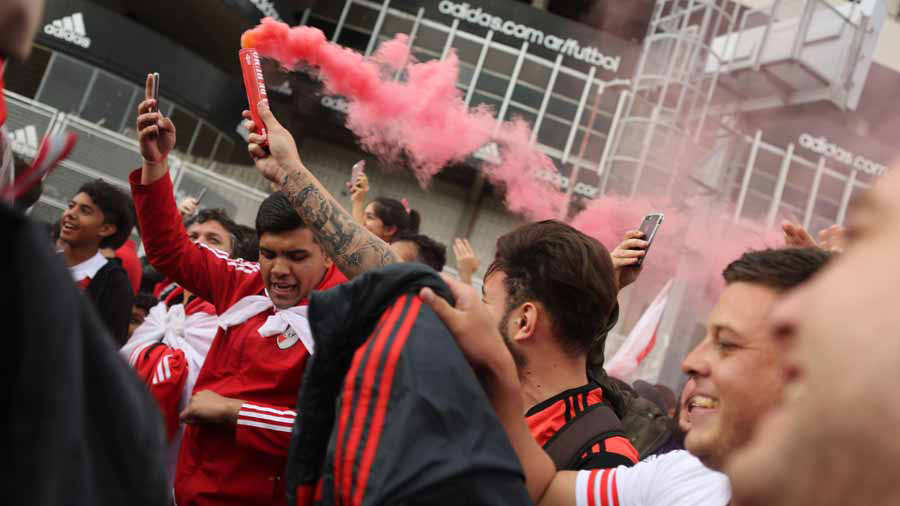 Aficionados de River Plate reciben con banderazo al equipo