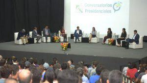 Carlos Calleja y Carmen Aída Lazo exponen propuestas a universitarios