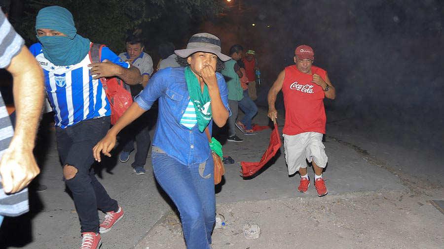 PolicÌa disuelve con gases protesta que encabezaba expresidente Manuel Zelaya