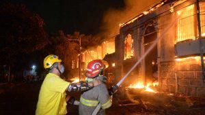 Imágenes del incendio que consumió tres mesones en el centro de San Salvador