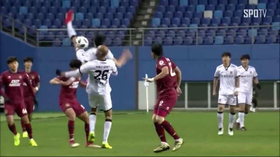 Jugador se rompe cuello, dedo y pierde memoria en partido de futbol