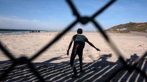 Caravana de migrantes desafía muro fronterizo entre México y Estados Unidos