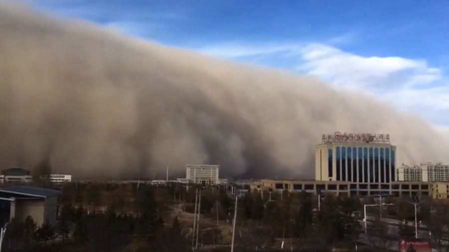Tormenta de arena 'se traga' una ciudad en minutos