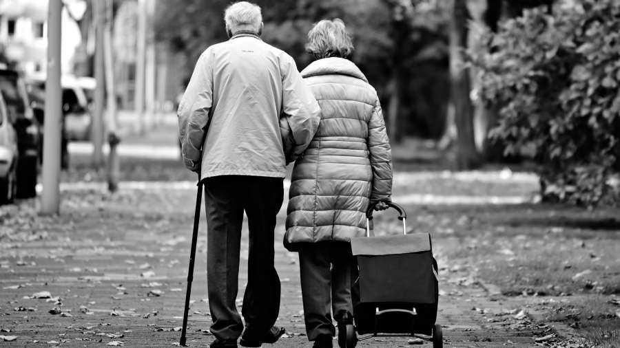 Maneja con esposa con Alzheimer por que nadie puede cuidarla