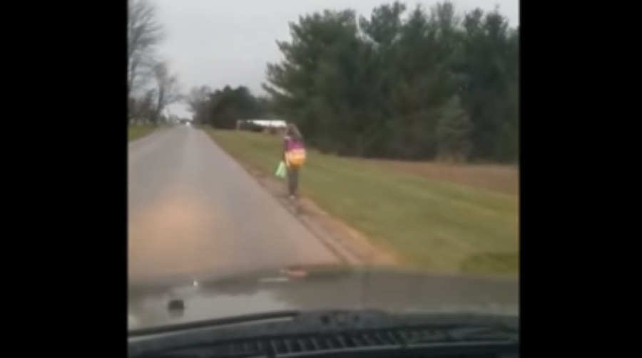 Padre obliga a su hija bully caminar 8 km hasta su escuela