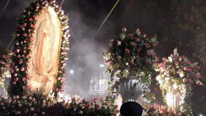 Feligreses llevan flores y ofrendas a la Virgen de Guadalupe