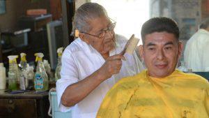 Fabián González, el veterano peluquero del centro de San Salvador