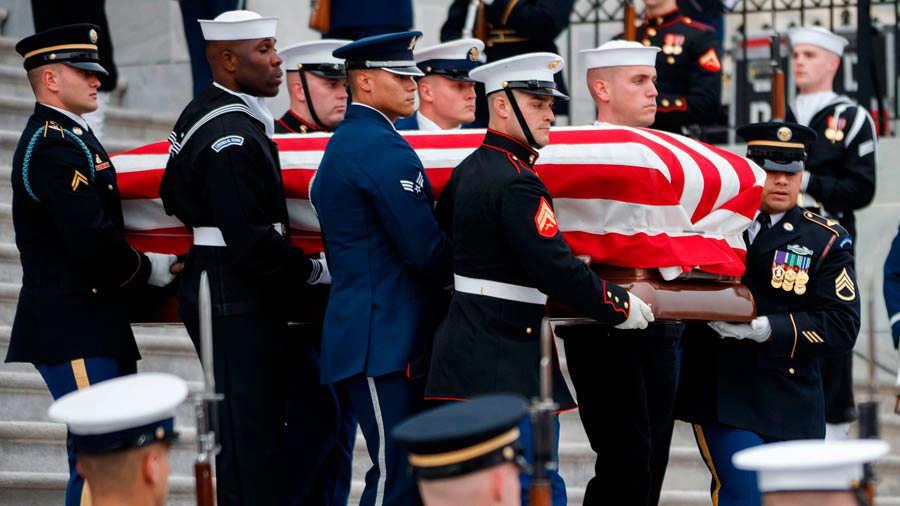 Así se saludaron Trump y Obama en el funeral de George H