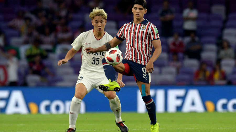 El delantero del Guadalajara Alan Pulido (R) controla el balón ya que está  marcado por el defensa del Kashima Antlers Jung Seunghyun durante el  partido de ... ee7fd98c5bad3