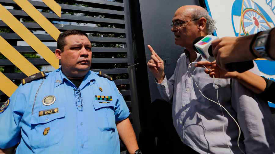 Nicaraguan journalist Carlos Fernando Chamorro (R) speaks to a police