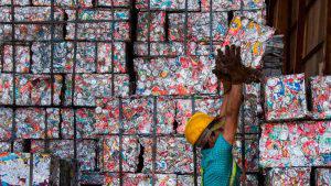 Programa de reciclaje cambia desechos por comida y servicios en Costa Rica