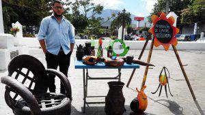 Conoce al salvadoreño que convierte las llantas usadas en obras de arte