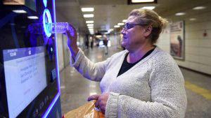 Increíble: Pasajeros pagan pasaje con botellas de plástico