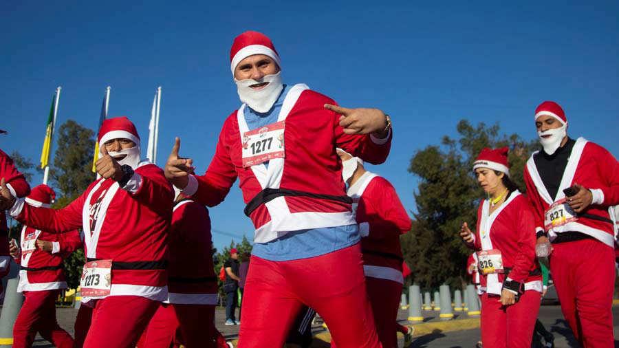 Atletas disfrazados de Pap· Noel participan en una carrera en el occidente de MÈxico
