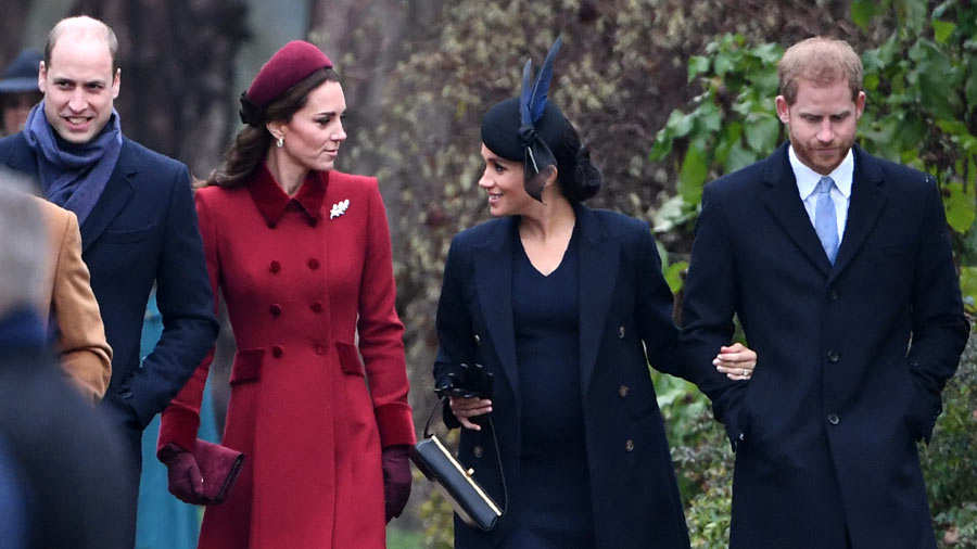 22e7129e6 El príncipe Carlos acompaña a sus hijos y esposas rumbo a la misa de  Navidad. Foto AFP