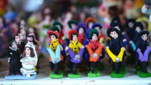 Las creativas figuras de barro a la venta en el parque Bolívar