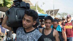 Migrantes centroamericanos de la caravana ingresan a México sin restricciones