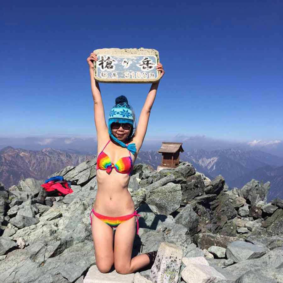 Mundo Web: Murió la joven que escalaba montañas en bikini