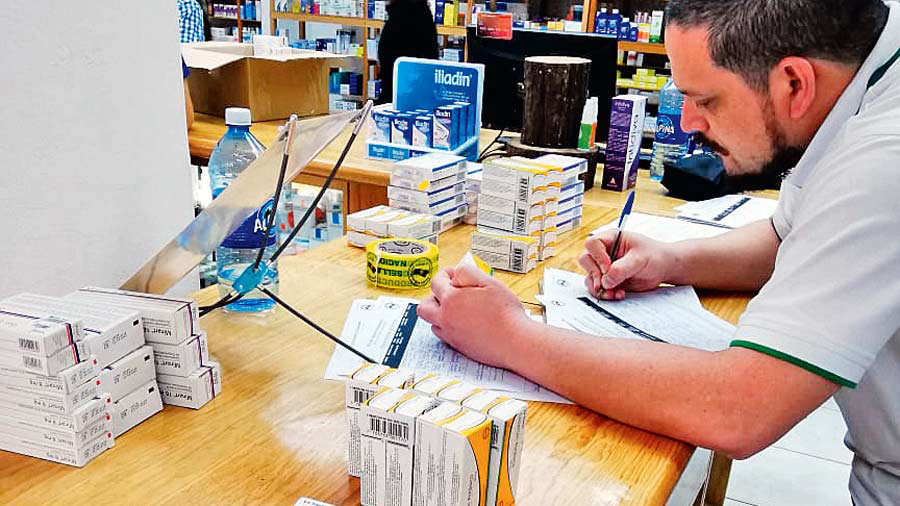 El personal de la Dirección Nacional de Medicamentos (DNM) continúa verificando que el fármaco antihipertensivo Irbersartan sea retirado del mercado. Foto EDH / Archivo