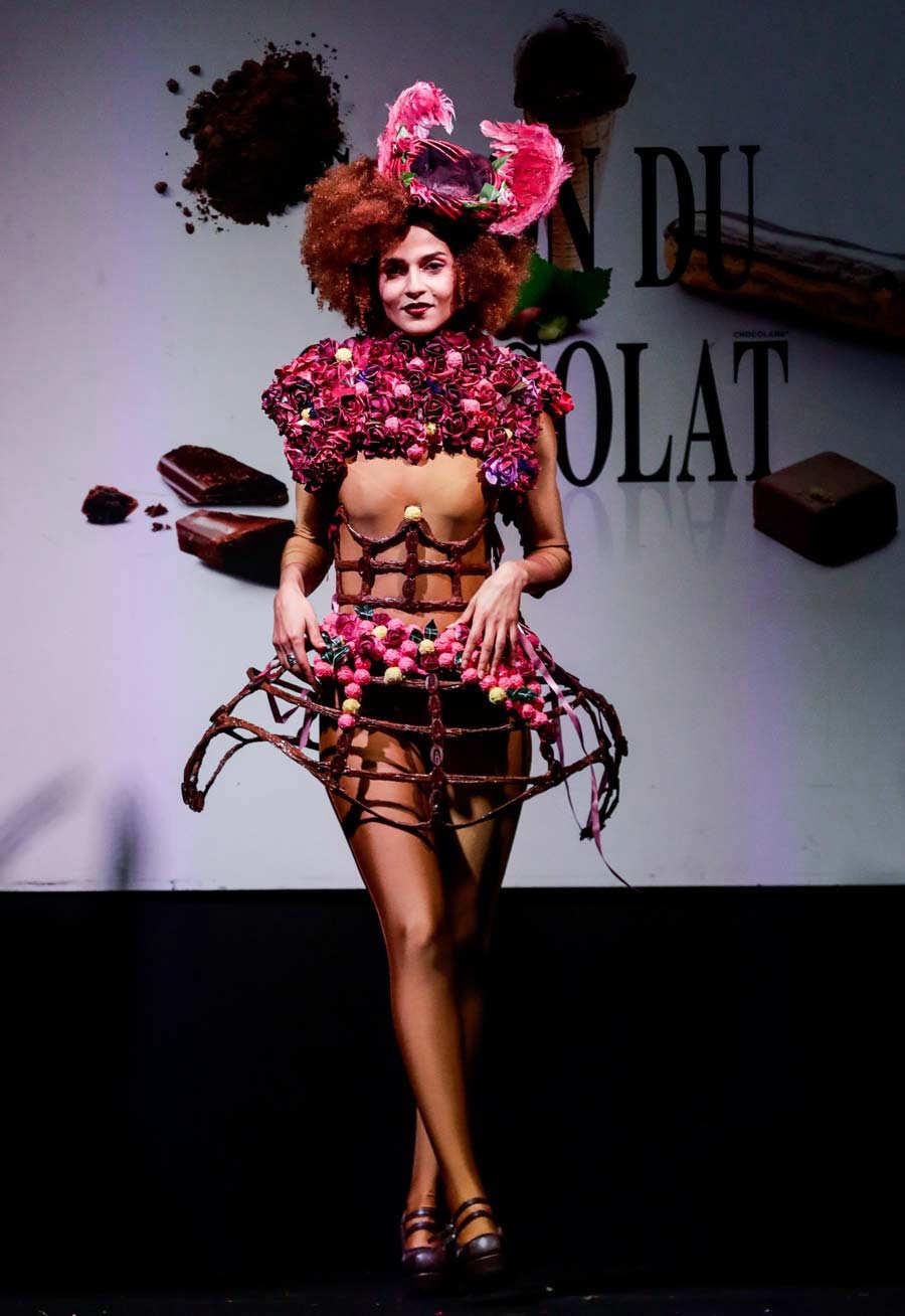 c19a1cf3f Se te antoja  Inusuales vestidos hechos con chocolate en la pasarela ...