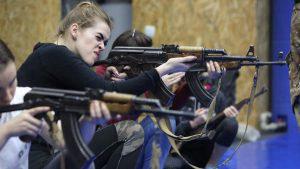 Así se preparan las mujeres ucranianas contra una posible guerra contra Rusia