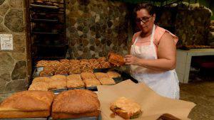 Ignacia Coreas, la mujer que encabeza una panadería en San Vicente