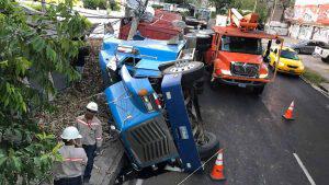 Rastra cañera volcó en la avenida Cuba del barrio San Jacinto y dañó muro de colegio
