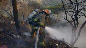 Incendio provocado en Apopa amenaza con quemar talleres aledaños