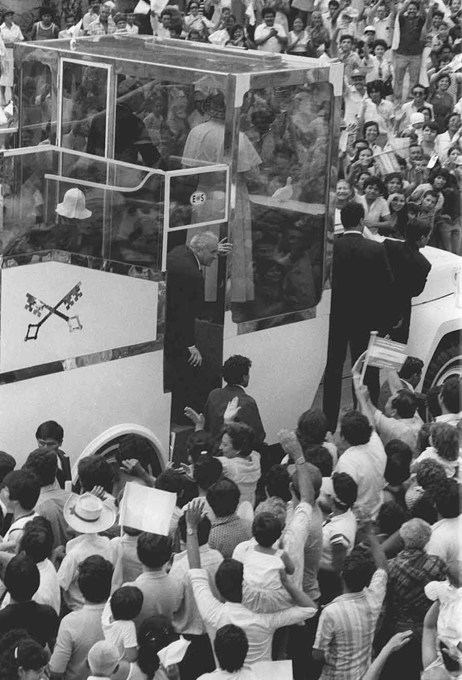 Juan-Pablo-II-en-El-Salvador_01
