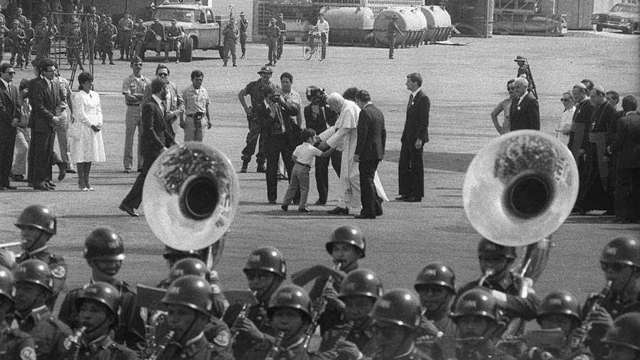 Juan-Pablo-II-en-El-Salvador_05