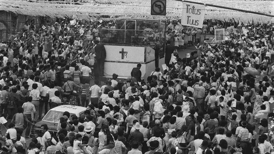 Juan-Pablo-II-en-El-Salvador_08