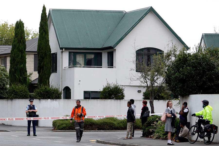 Police cordon off the area in front of the Masjid al Noor mosque afte/ Dos ataques terroristas se produjeron a primera hora de la tarde en dos  dos mezquitas situadas en el centro de Christchurch, la mayor ciudad de la Isla Sur de Nueva Zelanda