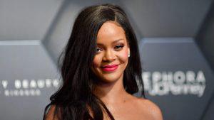 Rihanna derrocha sensualidad con un vestido dorado