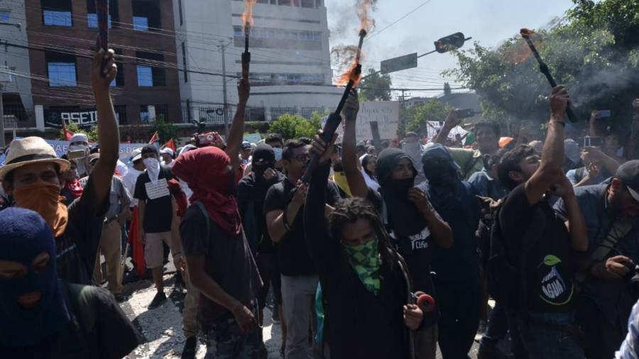 Manifestantes contra la privatización del agua arremeten contra diputados del FMLN