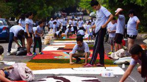 Cientos de personas elaboran con devoción las alfombras más grandes de El Salvador