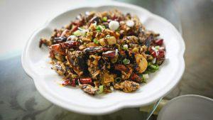 Cucarachas con picante es uno de los platillos de China ¿Te atreves a probarlo?