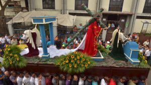 Católicos conmemoran la Pasión de Cristo en el Viacrucis del Viernes Santo