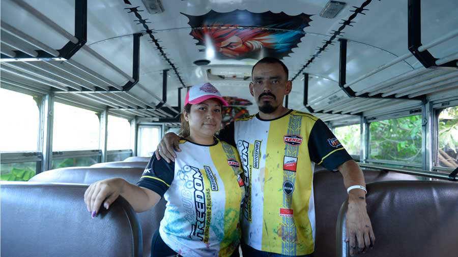 JO-Esposos-decoran-buses003