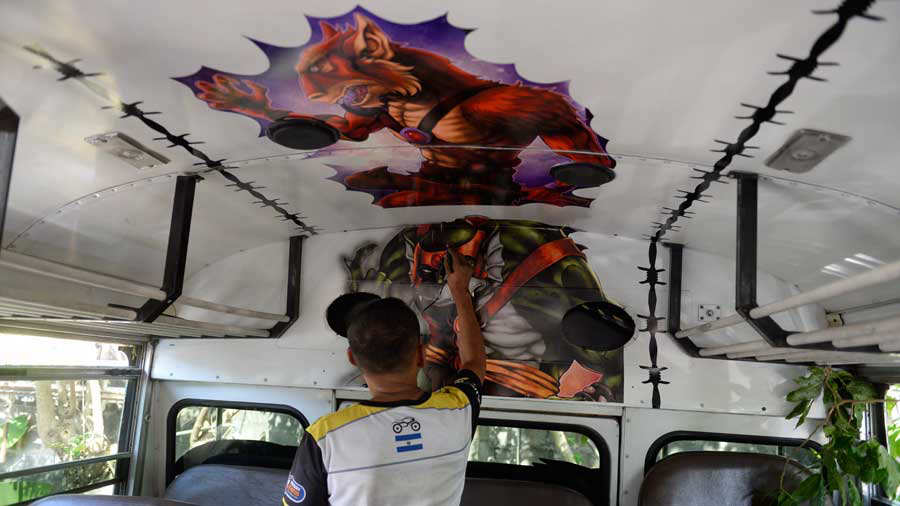 JO-Esposos-decoran-buses007