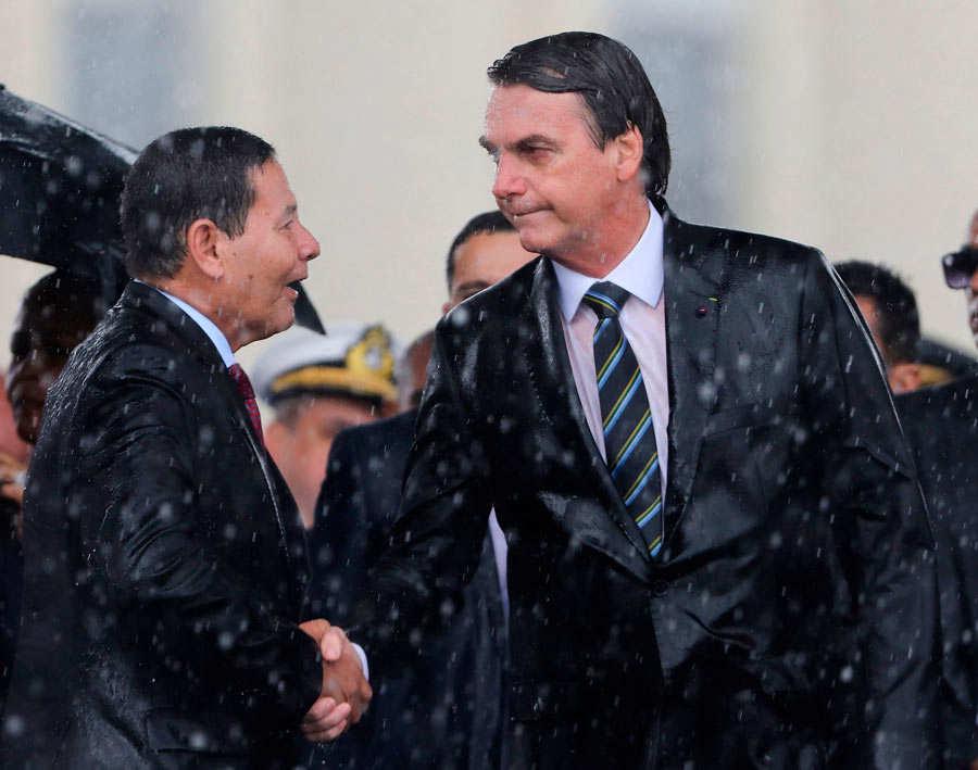 Brazilian President Jair Bolsonaro (R) and Vice-President Hamilton Mo