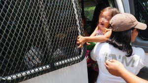 México arresta a 300 centroamericanos y bloquea paso de caravanas de migrantes