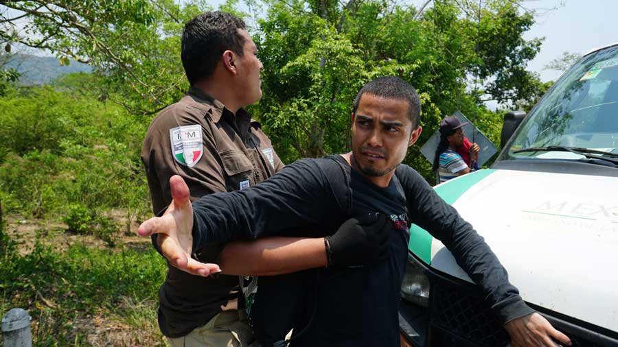 Inami bloquea paso de caravana migrante, en MÈxico